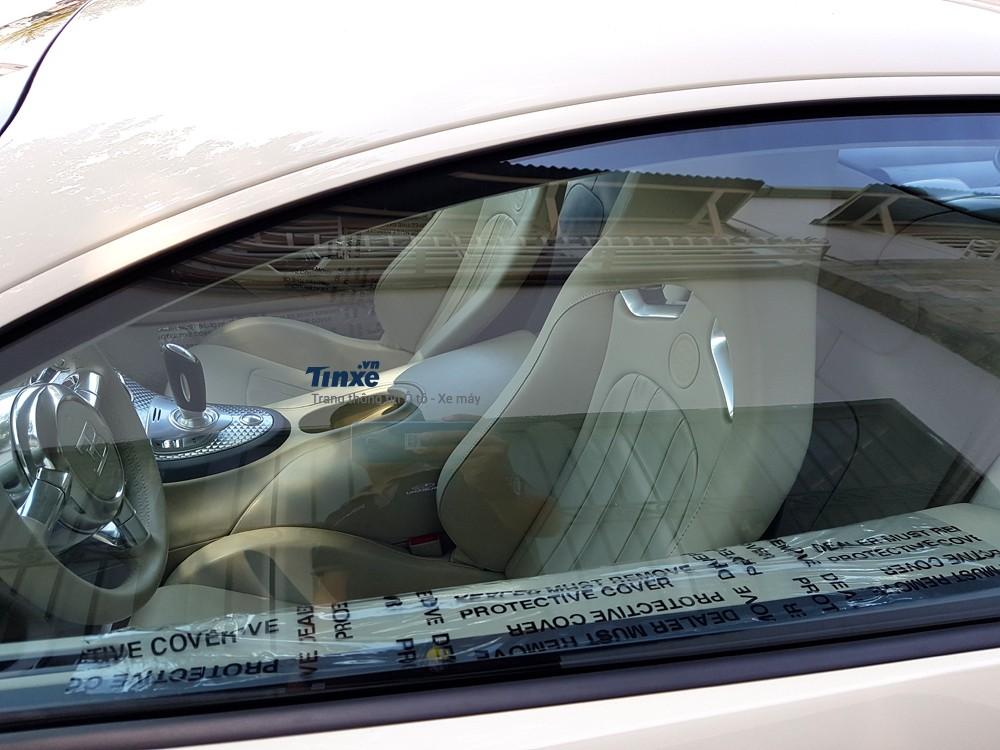 Nộithất của Bugatti Veyronkhông có gì thayđổi. Lưng ghếđược bọc da cao cấp màu kem, phía sau mặt lưng là bộ khung sợi carbon.