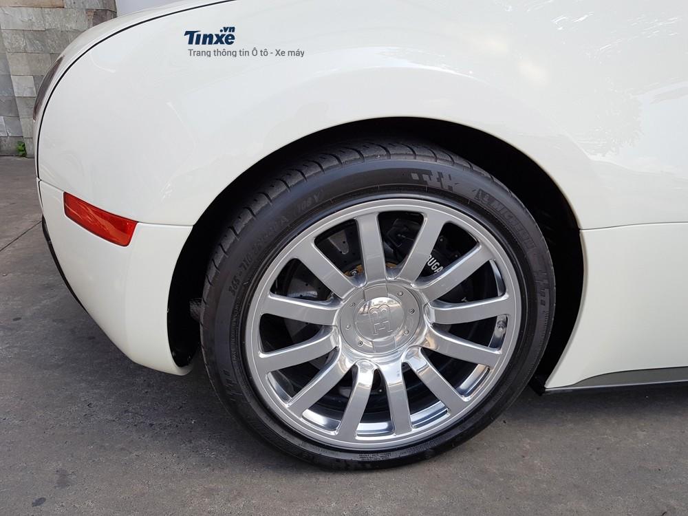 Bộ vành trên Bugatti Veyron mạ crôm sáng bóng. Sau khi lăn bánh khoảng16.000 km,ước tính chủ nhân phải chi số tiền55.000 USD để thaybộ vành mới. Ngoài ra,sau mỗi 4.000 km, chiếc Veyron phải được thay lốp mới và chi phí có thể lên đến33.000 USD.