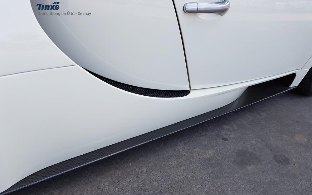 Ngoài bộáo màu trắng, chiếc Bugatti Veyron của Chủ tịch Trung Nguyên còn có các chi tiết như cánh lướt gió phía trước vàbên hông xe bằng sợi carbon.