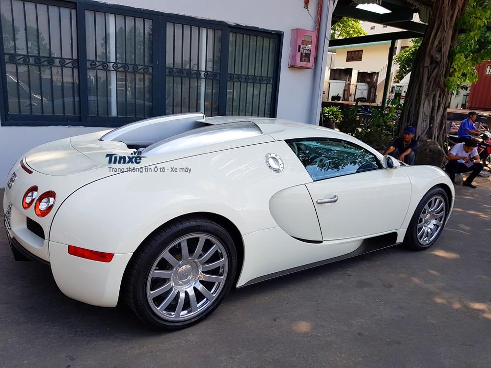 Dù có giá bán cơ bản hơn 1 triệu USD, tuy nhiên, ngoại hình của Bugatti Veyron lại có thiết kếđơn giản so với các đối thủ còn lại. Các chi tiết trên xeđượcbo tròn khiến chotổng thể thiết kế củaông hoàng tốcđộ khá mủm mỉm.Giới mê xe gọi Bugatti Veyron với các tên thân mật Bu Béo.