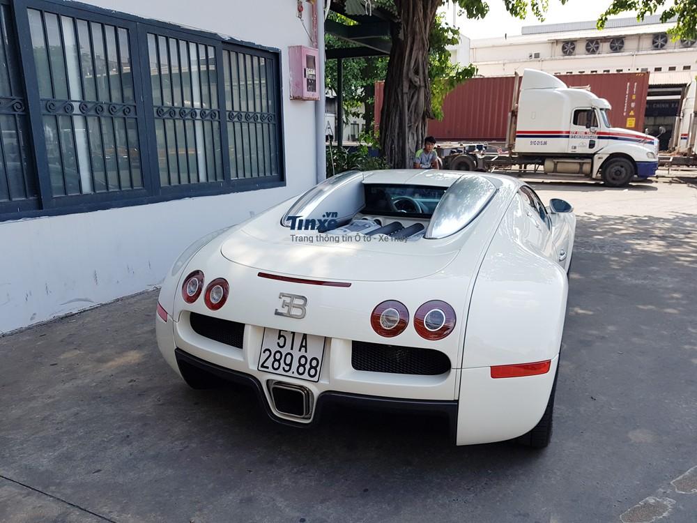 Sở dĩ chiếc Bugatti Veyron luôn khiến giới chơi xe quan tâm chính vì siêu xe này từng giữa nhiều kỳ lục như giá bánđắt nhất, siêu xe mạnh nhất và qua trọng hơn, rất hiếm người nghĩ Phạm Trần Nhật Minh hay còn gọi Minh Nhựa có thểđưađược siêu phẩm này về nước.