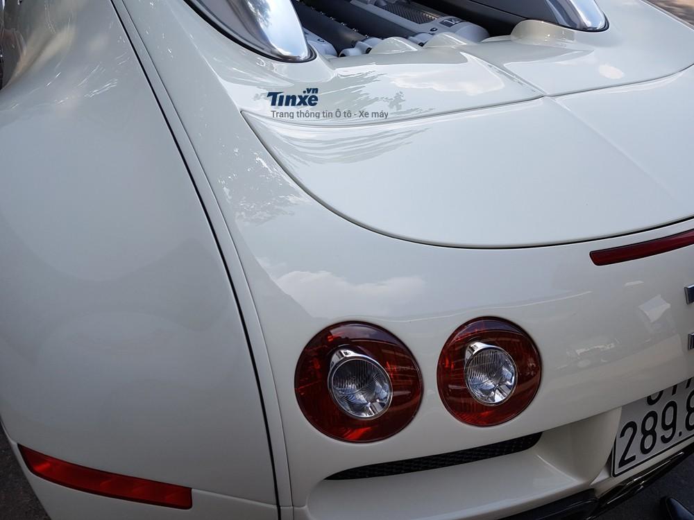 Cụmđèn hậu của Bugatti Veyron cũng có thiết kế hình tròn.Đèn phanhcũng như đèn báo lùi xeđược tích hợp bên trongđèn hậu này.