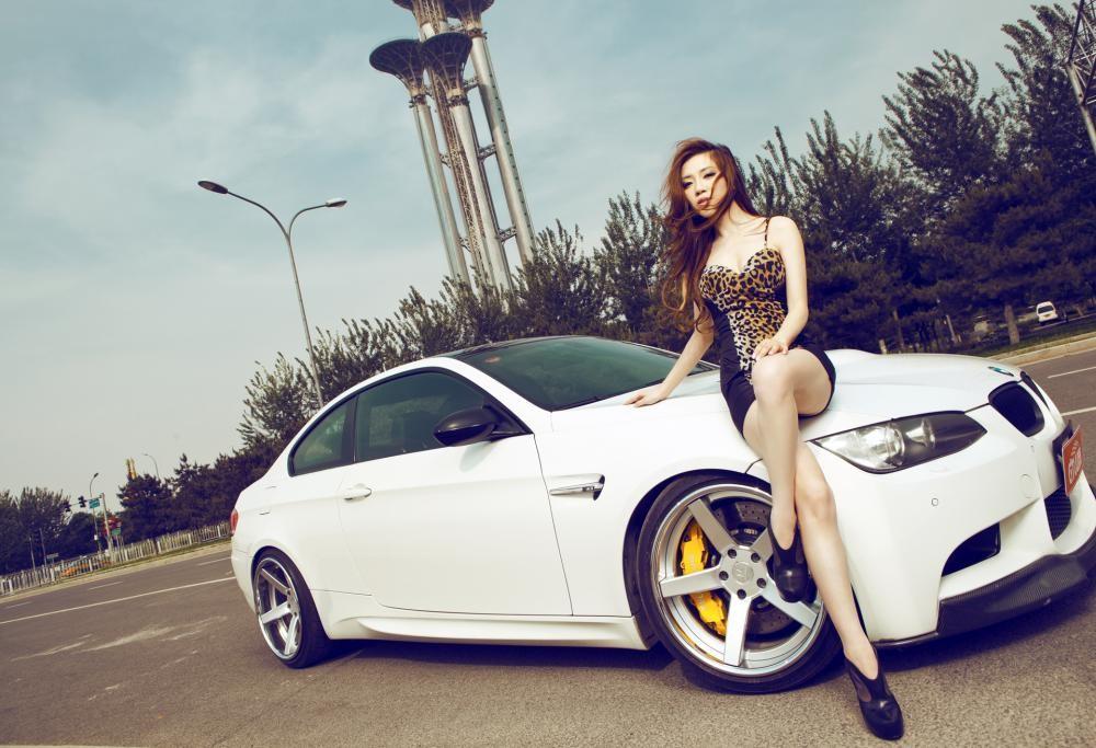 Mỹ nhân diện váy da báo gợi cảm bên BMW M3 độ