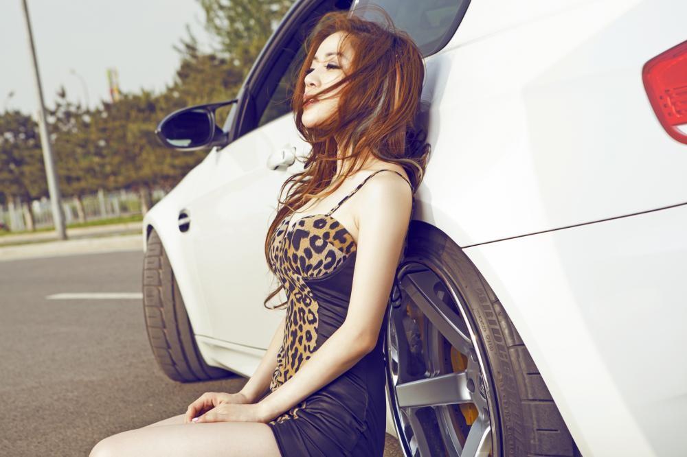 Mỹ nhân diện váy da báo gợi cảm bên BMW M3 độ - 5