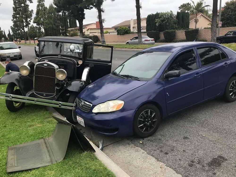 Chiếc Ford Model A bị Toyota Corolla đâm trúng