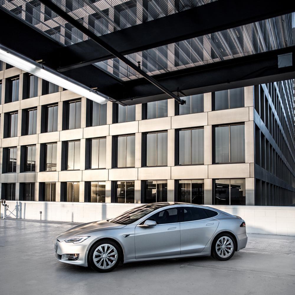 Chiếc Tesla Model S được sơn màu bạc nhám của vợ chồng cô Kim siêu vòng ba