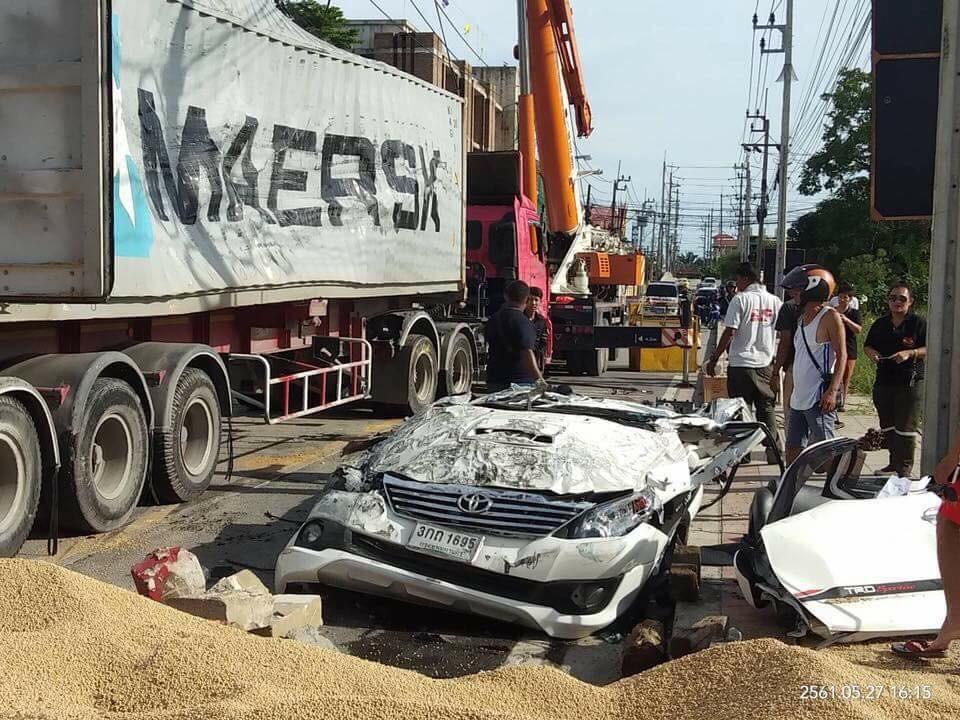 Thùng xe container biến dạng sau vụ tai nạn