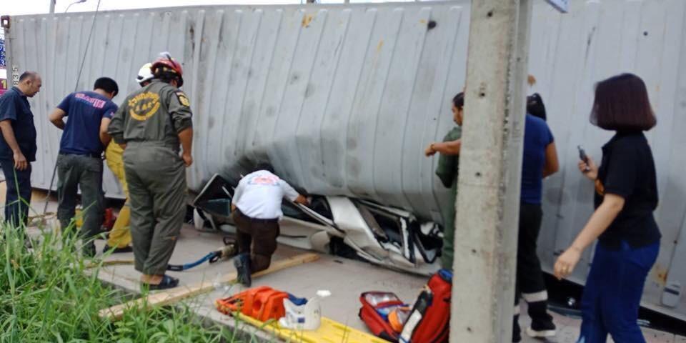 Chiếc Toyota Fortuner bị đè bẹp dưới thùng xe container