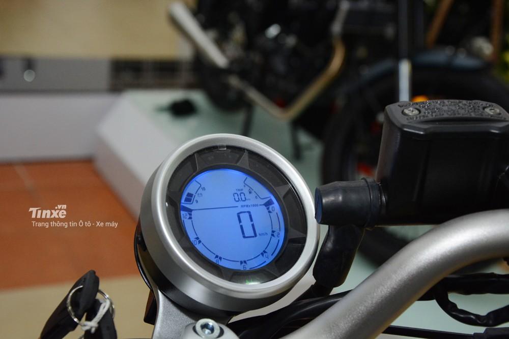 Bảngđồng hồ thiết kế tương tự như các dòng xe khác,đồng hồ dạng tròn cổđiển vớiđèn nền màu xanh dương nổi bật. Các thông số cơ bản của xe như tốcđộ, quãngđường, lượng xăng còn lạiđược thể hiện rõ ràng giúp người lái dễ nắm bắt.