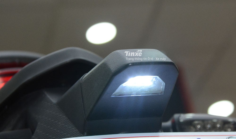 GPX Demon X cònđược tích hợp thêmđèn soi biển số dạng LED.