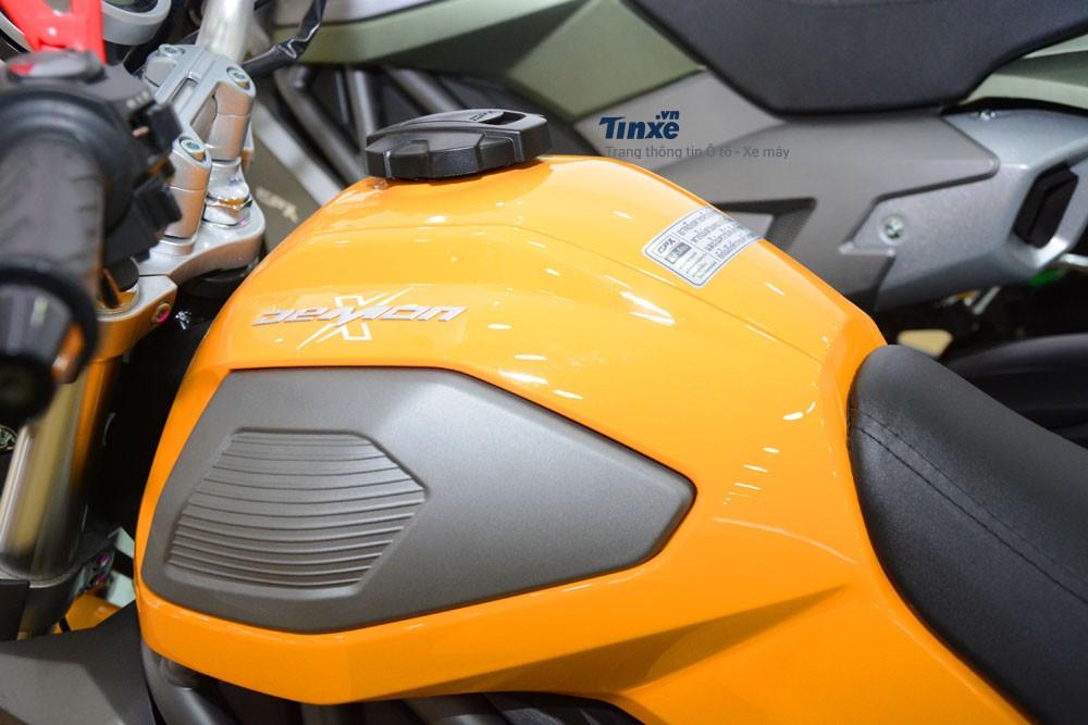 Bình xăng xe thiết kếđơn giản, 2 bên hôngđược trang bị thêmốp sơn màuđối lập. Dung tích bình xăng 6,5 lít.