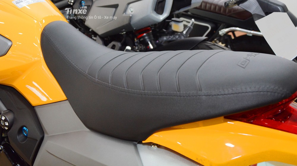 Chiều cao yên xe tính từ mặtđất là770 mm. Trọng lượng của xe 105 kg.