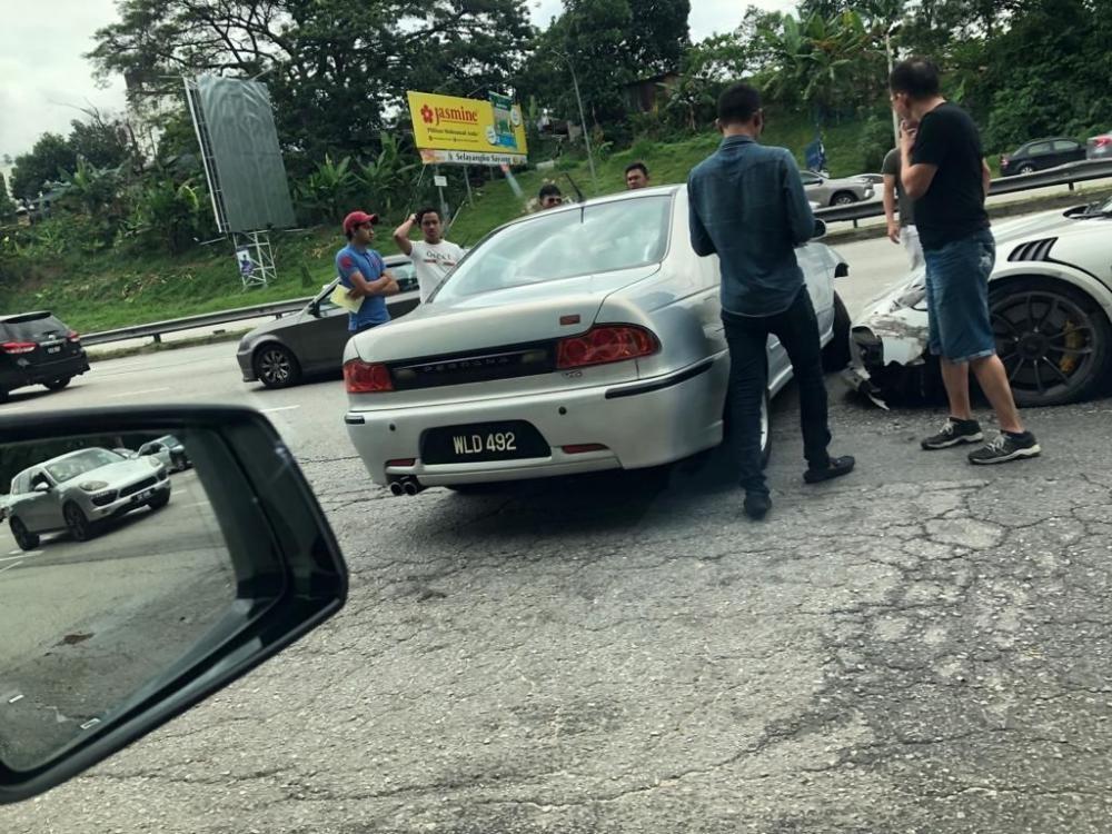 Người cầm lái chiếc xe Protonđược cho không có bảo hiểm và giấy phép lái xe