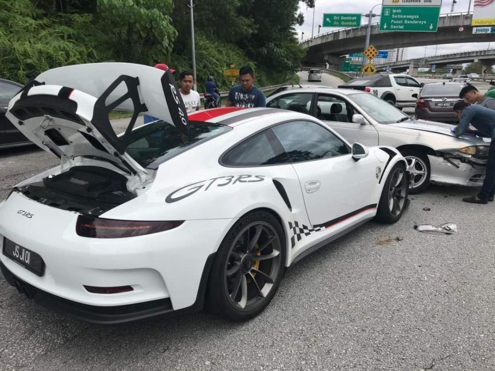 Hìnhảnh vụ tai nạn này khiến cư dân mạng cho rằng lỗi thuộc về chiếc siêu xe Porsche 911 GT3 RS.