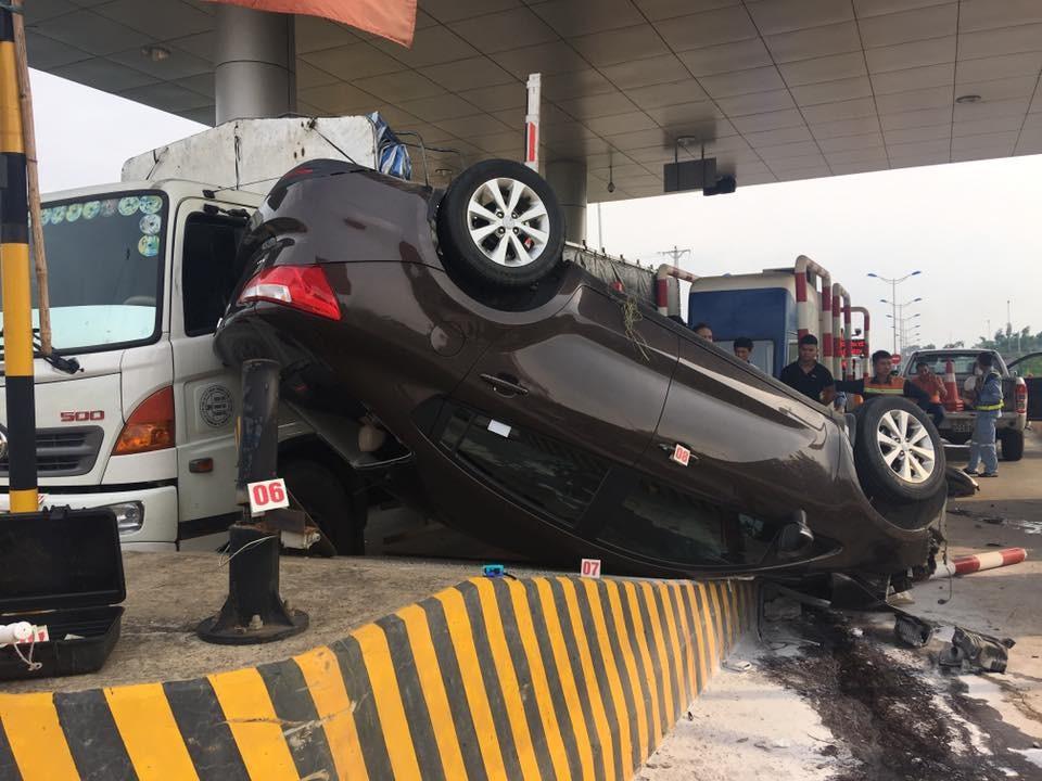 Chiếc Kia K3 nằm vắt trên dải phân cách bằng bê tông