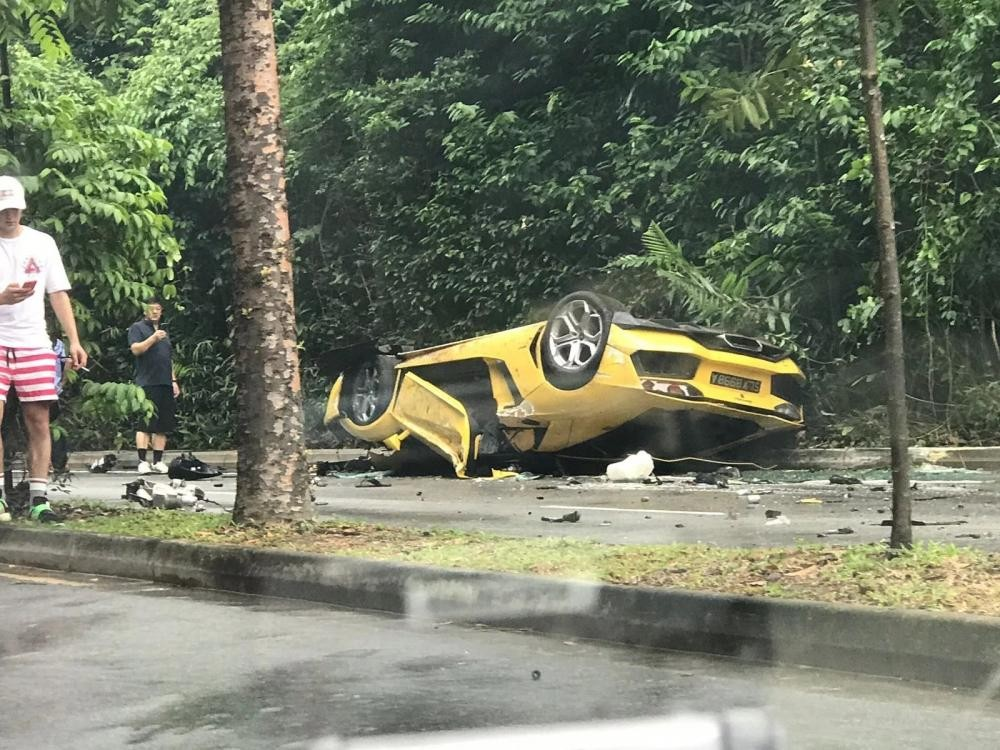 Chiếc Lamborghini Aventador bị lật ngửa