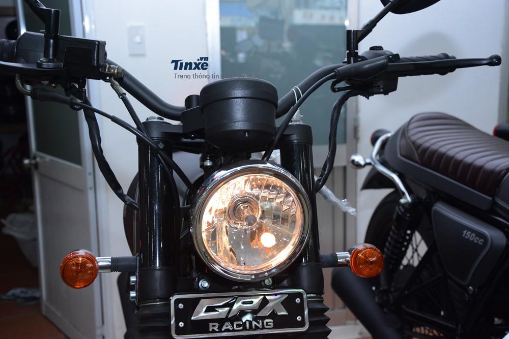 Thuộc dòng mô tô cổ điển nênGPX Legend 150S cóđèn pha tròn sử dụng bóng halogen
