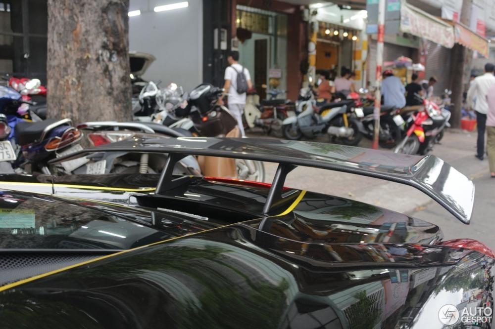 Siêu xe Ferrari 488 GTB mớiđược trang tin nước ngoài chia sẻ hìnhảnhđãđược chủ nhânđộ lại body kitNovitec Rosso với các chi tiết nhưốp sườn bằng sợi carbon tăng vẻ hầm hố cho xe và không thể bỏ qua cánh lướt gió cốđịnh bằng sợi carbon.