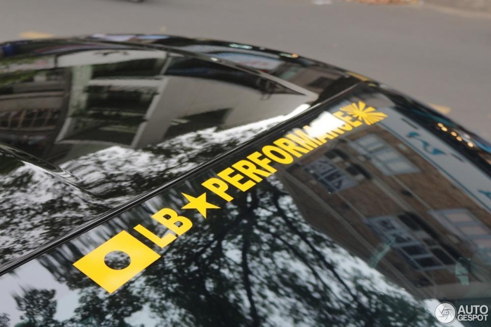 Ngoài góiđộ body kit, siêu ngựa cònđược trang bị thêm cácđề-can màu vàng bên hông xe bắt mắt, dòng chữ Liberty Walk màu vàng hay bộ mâm sơn vàngđồng nổi bật trên màu sơnđen bóng của xe.