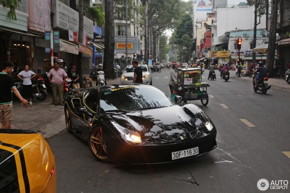 Để kết thúc một ngày, Ferrari 488 GTB độ bởi Novitec Rosso đã được phát hiện tại Tp.HCM, Việt Nam là dòng trạng thái của trang tin tổng hợp siêu xe nổi tiếng Hà Lan,Autogespot chia sẻ trên mạng xã hội kèm theođó là hìnhảnh siêu ngựa này xuất hiện tại conđường Trần Bình Trọng, quận 5, Tp.HCM.