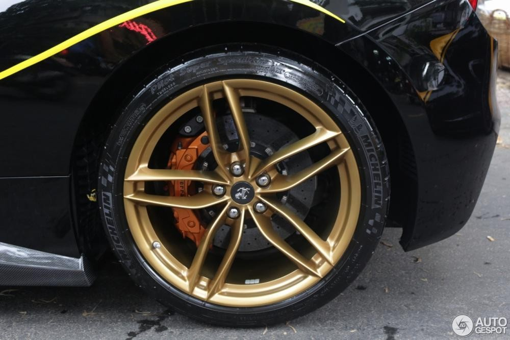 Hay bộ mâm 5 chấu kép sơn vàng đồng nổi bật trên màu sơn đen bóng của xe. Đi kèm bộ mâm này còn có cùm phanh màu đồng.
