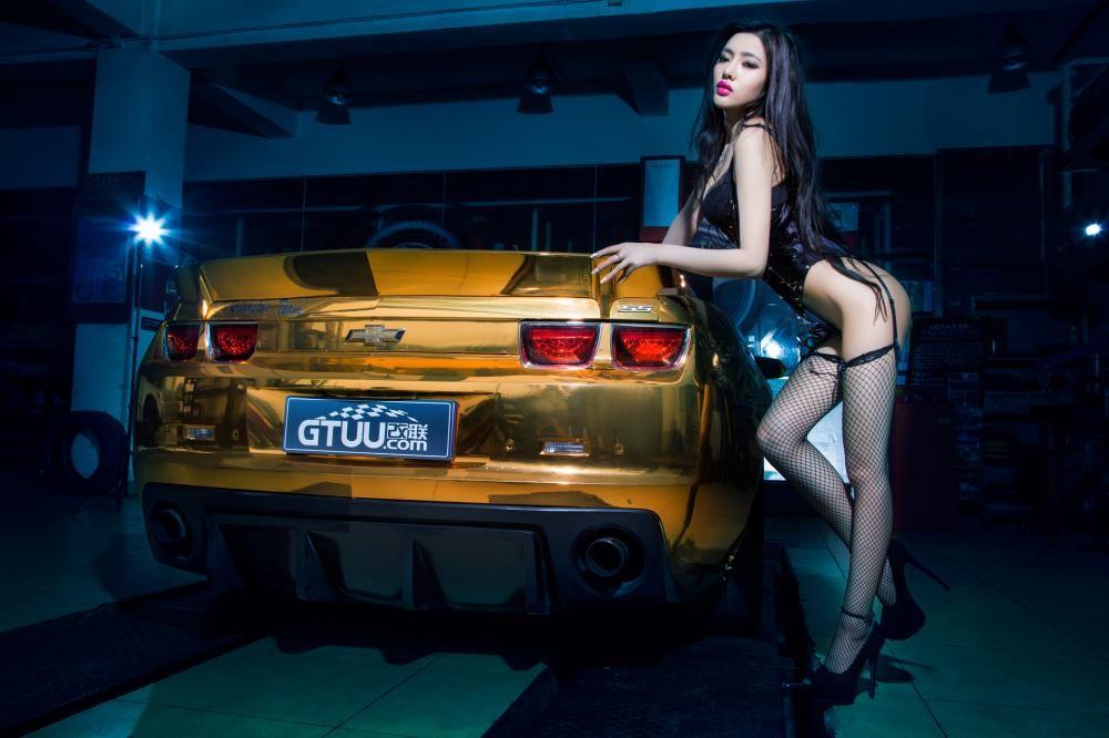 Người mẫu Tôn Minh Lộ khoe thân thể nóng bỏng bên Chevrolet Camaro độ hoàng kim - 6