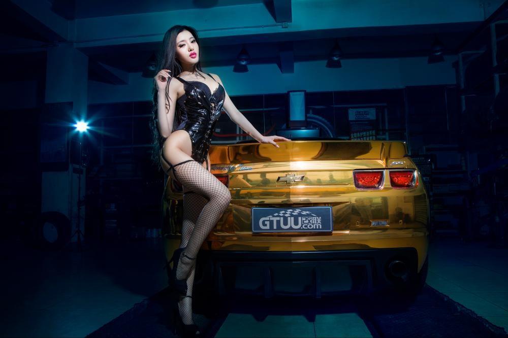 Người mẫu Tôn Minh Lộ khoe thân thể nóng bỏng bên Chevrolet Camaro độ hoàng kim - 8
