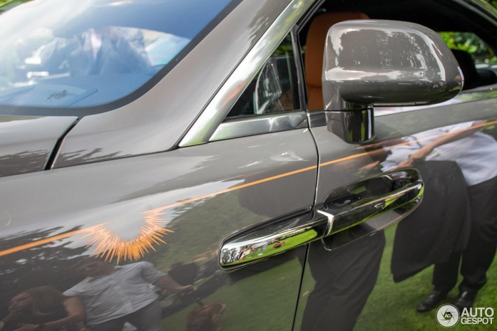 Đường coachline màu nâu vàng tương phản và biểu tượng mặt trời mọc trên thân xe