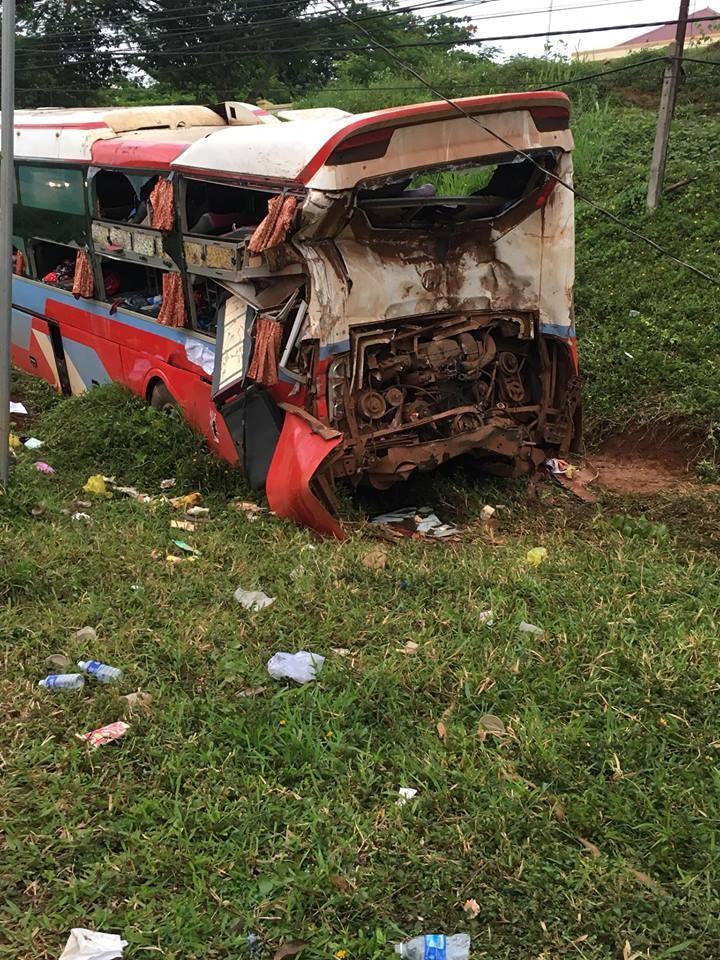 Chiếc ô tô khách bị hỏng nặng sau vụ tai nạn