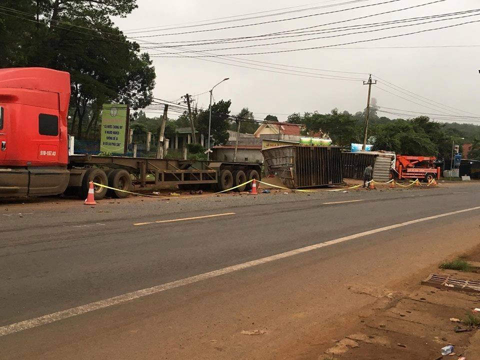 Chiếc xe container bị đổ thùng sau xuống đường