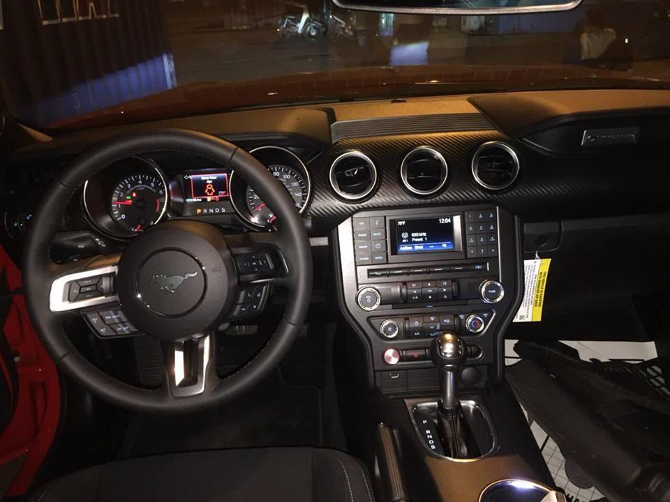 Các tính năng có sẵn từ Ford Mustang 2017 vẫn xuất hiện trên bản nâng cấp 2018 nhưhệ thống thông tin giải trí SYNC 3 có tính năng tương thích với Android Auto và Apple CarPlay, hệ thống âm thanh cao cấp Shaker Pro.
