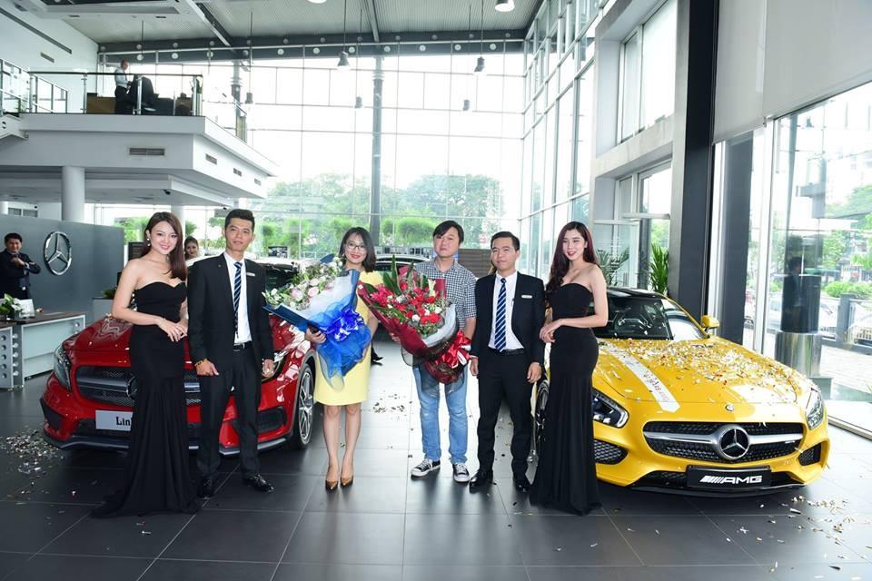 Buổi lễ bàn giao xe củađại lýMercedes-Benz ởTrường Chinh vào chiều nay kháđặc biệt với 2 chiếcMercedes-Benz GLA 45 AMG màu đỏcó giá bán chính hãng2,399 tỷ Đồng vàMercesdes-AMG GT S màu vàng do một ngườitậu.