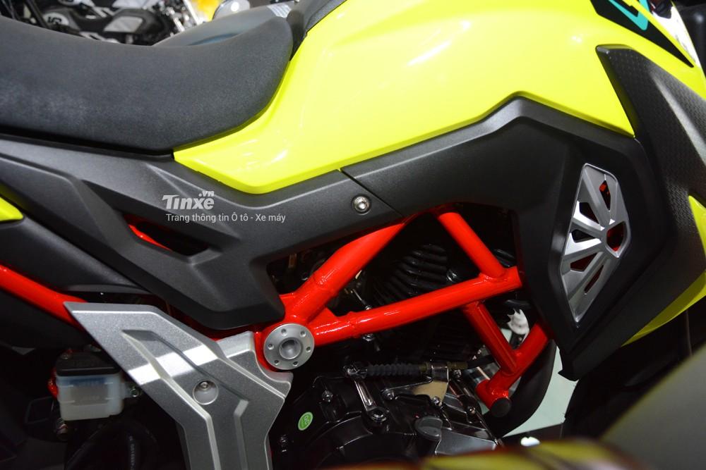 Dù mang bộáo này thì phần khung xe của chiếc naked bike 150 phân khối Thái Lan sẽđược sơn màuđỏ.