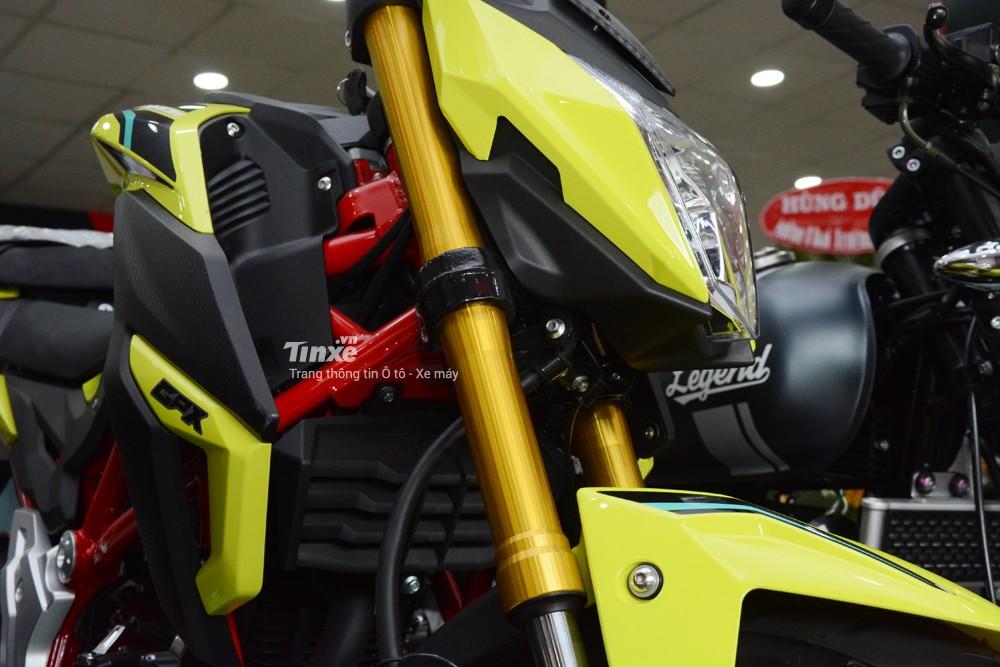 Cặp phuộc trước của chiếcnaked bike 150 phân khối GPX Demon 150GN là loại hànhtrình ngược vớiống phuộc sơn màu vàngđồng nổi bật.