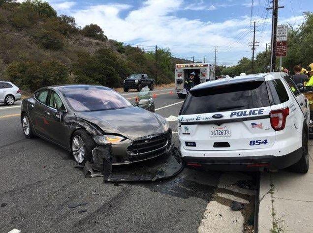 Hình ảnh vụ tai nạn xe Tesla Model S đâm vào xe cảnh sát ở Laguna Beach