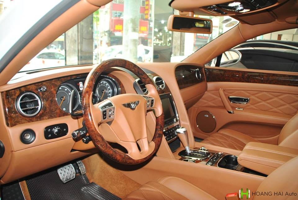 Trong khiđó, nội thất của xe có màu nâu nhạt kết hợp cùng nhiều chi tiết mạ crôm sáng bóng vàốp gỗ quý hiếm tạo nên vẻ sang trọng và quý tộc choBentley Flying Spur V8