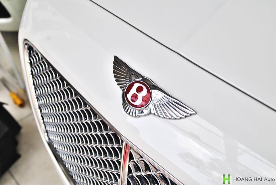 Xe siêu sang Bentley Flying Spur biển cực đẹp tứ quý 6 đang được công ty nhập khẩu tư nhân quận 5rao bán thuộc phiên bản V8 nên logo chữ B màu trắng trướcđầu xe có nền sơn màuđỏ