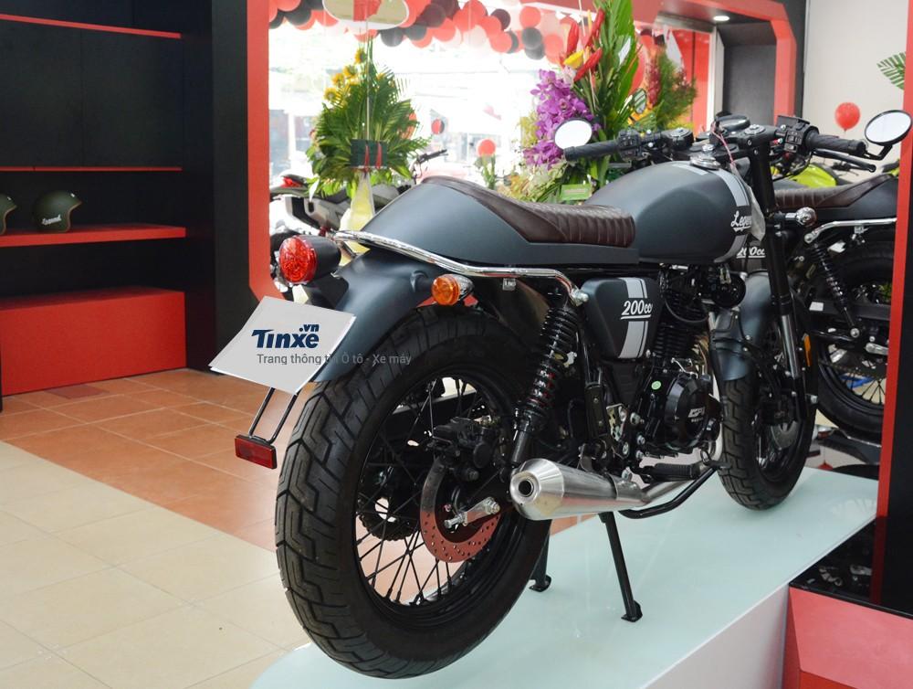 Mẫu café racer GPX Legend 200 với giá bán chính hãng 63 triệu Đồng có kích thước tổng thể bao gồm chiều dài 2.010 mm, chiều rộng 750 mm và chiều cao là 1.000 mm.