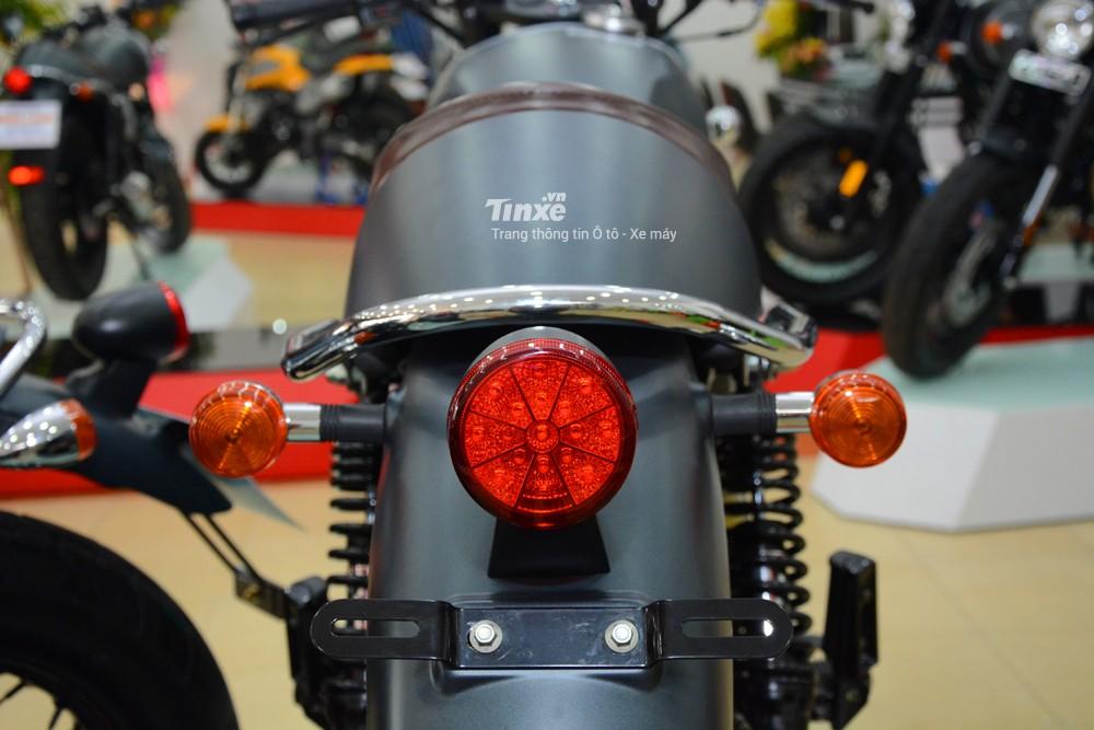 Trong khiđó,đèn hậu của xe lại sử dụng vóng LED. Cặpđèn xi-nhan dạng tròn cỡ lớn cổđiển
