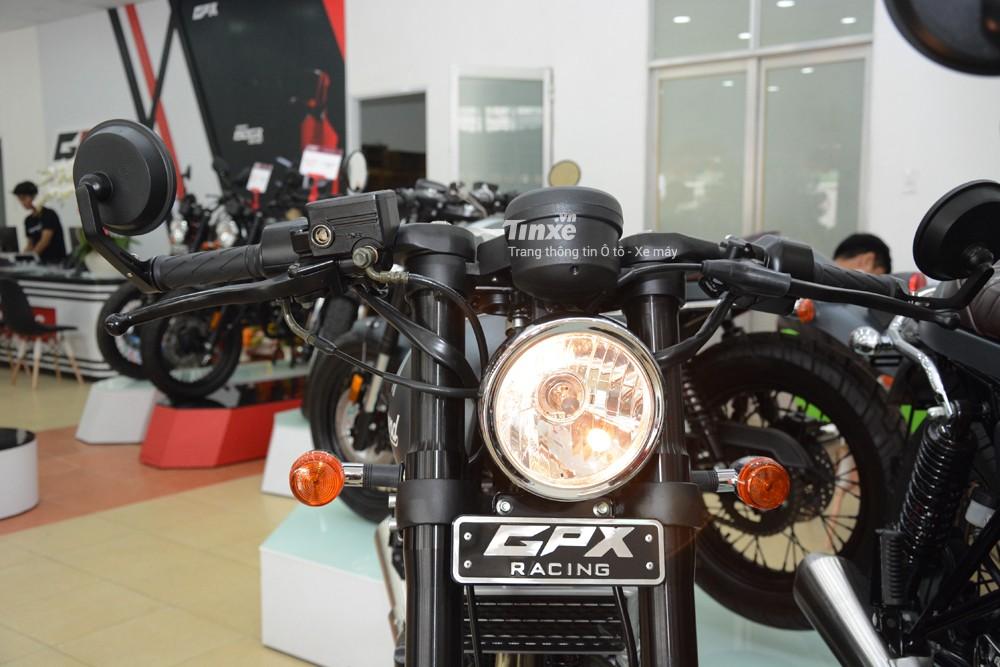 Đèn pha tròn cổđiển củaGPX Legend 200 sử dụng bóngđèn halogen12V 25/25W