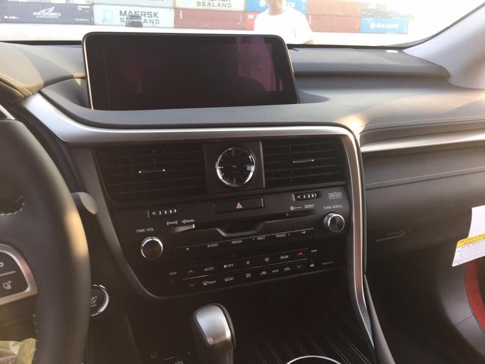 Bên trong khoang lái của Lexus RX350L 2018 vẫn là các trang bị có trên bản tiêu chuẩn như màn hình TFT 4,2 inch hiển thị đa thông tin, màn hình giải trí cảm ứng đặt ở trung tâm cókích thước 12,3 inch,hệ thống giải trí với âm thanh Mark Levinson, 15 loa, công suất 835 W.