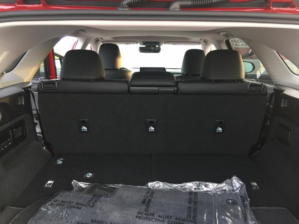 Tất nhiên, dù khác màu sơn hay tuỳ chọn bộ mâm, chiếcLexus RX350L 2018 này vẫn có không gian nội thất 7 chỗ ngồi. Hàng ghế thứ 3 củamẫu crossover hạng sang nàycóthểđượcgậplạitheo tỷlệ 60/40.