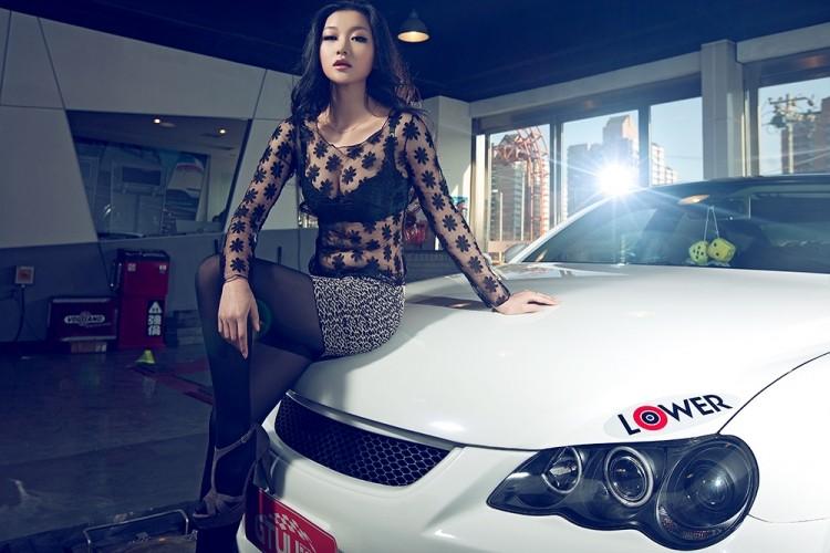 Ngắm nữ diễn viên Nhậm Thiêm Kỳ khoe dáng gợi cảm bên Toyota Mark X