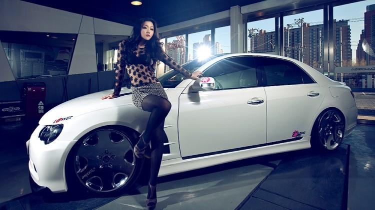 Ngắm nữ diễn viên Nhậm Thiêm Kỳ khoe dáng gợi cảm bên Toyota Mark X - 6