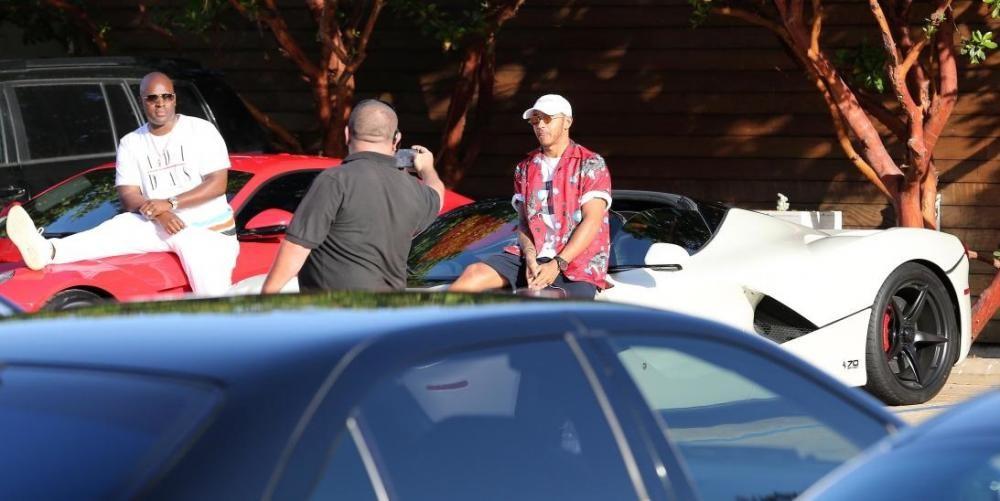 Lewis Hamilton cùng Ferrari LaFerrari Aperta màu trắng và người bạn Corey Gamble ngồi trên Ferrari F12 Berlineta