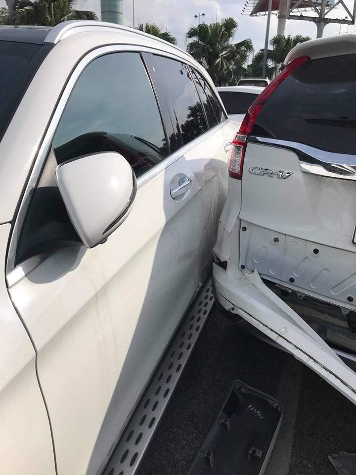 Phần đuôi của chiếc Honda CR-V va chạm với sườn Mercedes-Benz GLC
