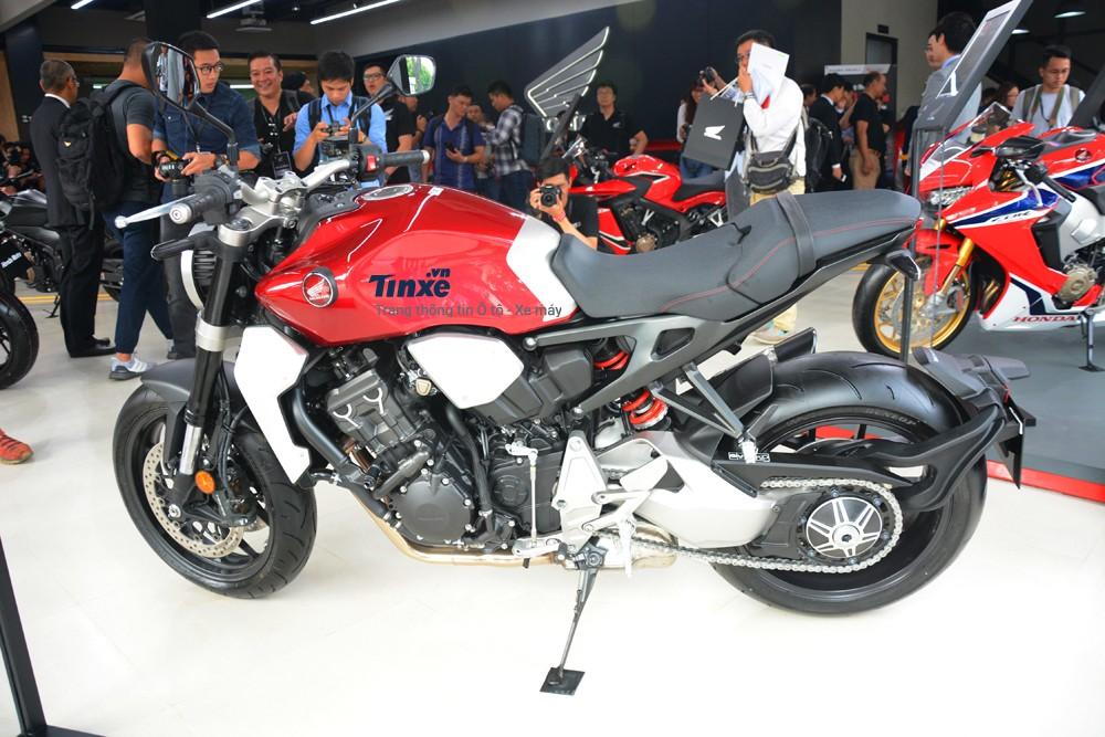 Mẫu xe Honda CB1000R 2018 được trưng bày tại showroom