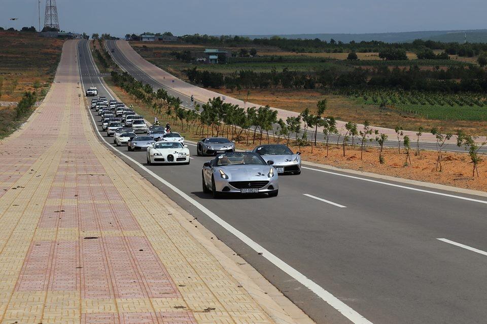 Dàn siêu xe của Chủ tịch Trung Nguyên dạo chơi tại con đường ven biển đẹp nhất Việt Nam