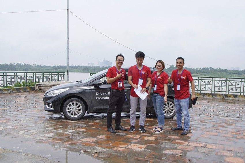 Một đội tham gia Amazing Race - Accent Drive Style