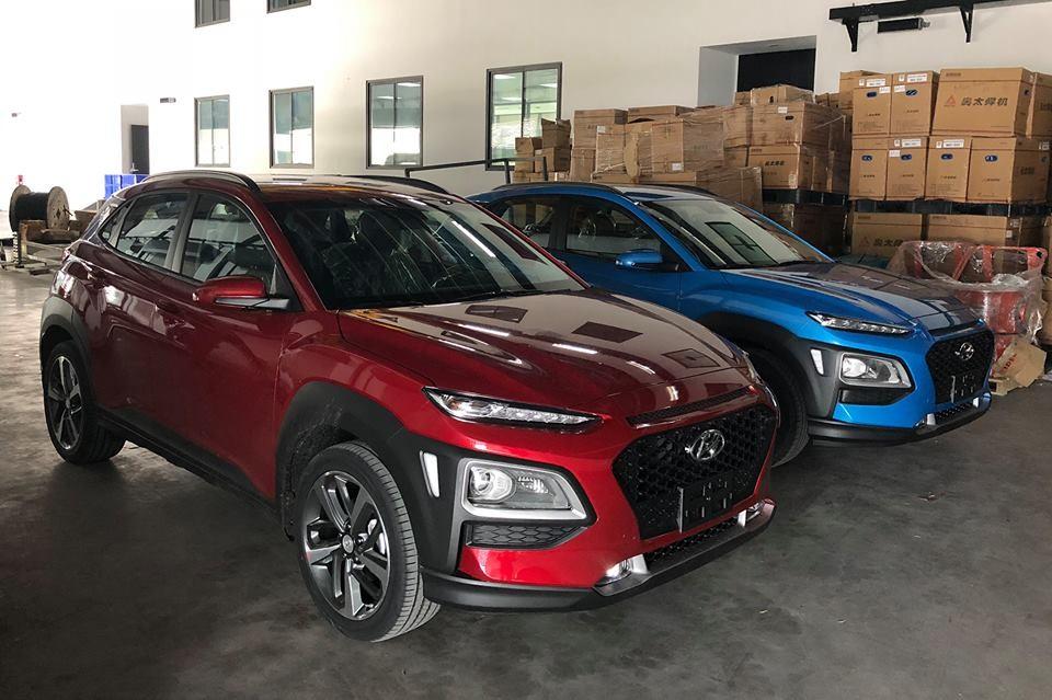 Hyundai Kona màu đỏ và xanh tại Việt Nam